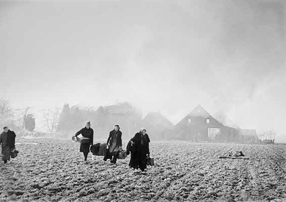 Fermiers allemands fuyant - Allemagne / 1945 - Robert Capa