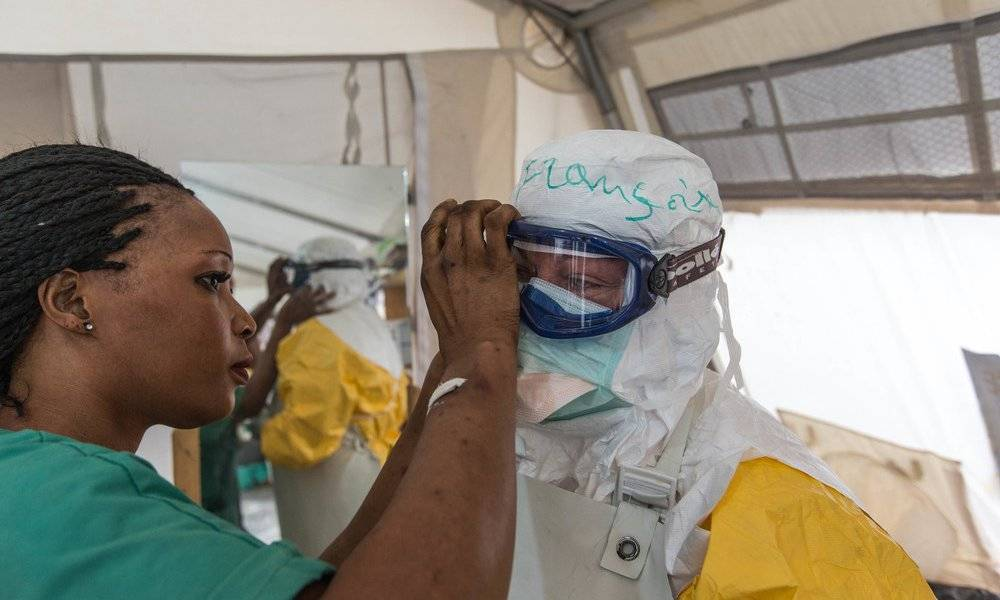 Being in contact with patients affected by the Ebola virus implies absolute rigor in wearing protective equipment. Ma'h checks that Françoise is well protected before allowing her to enter the high-risk area.